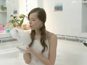 Shower Head Gives Pussy Pleasure To A Bathing Teen